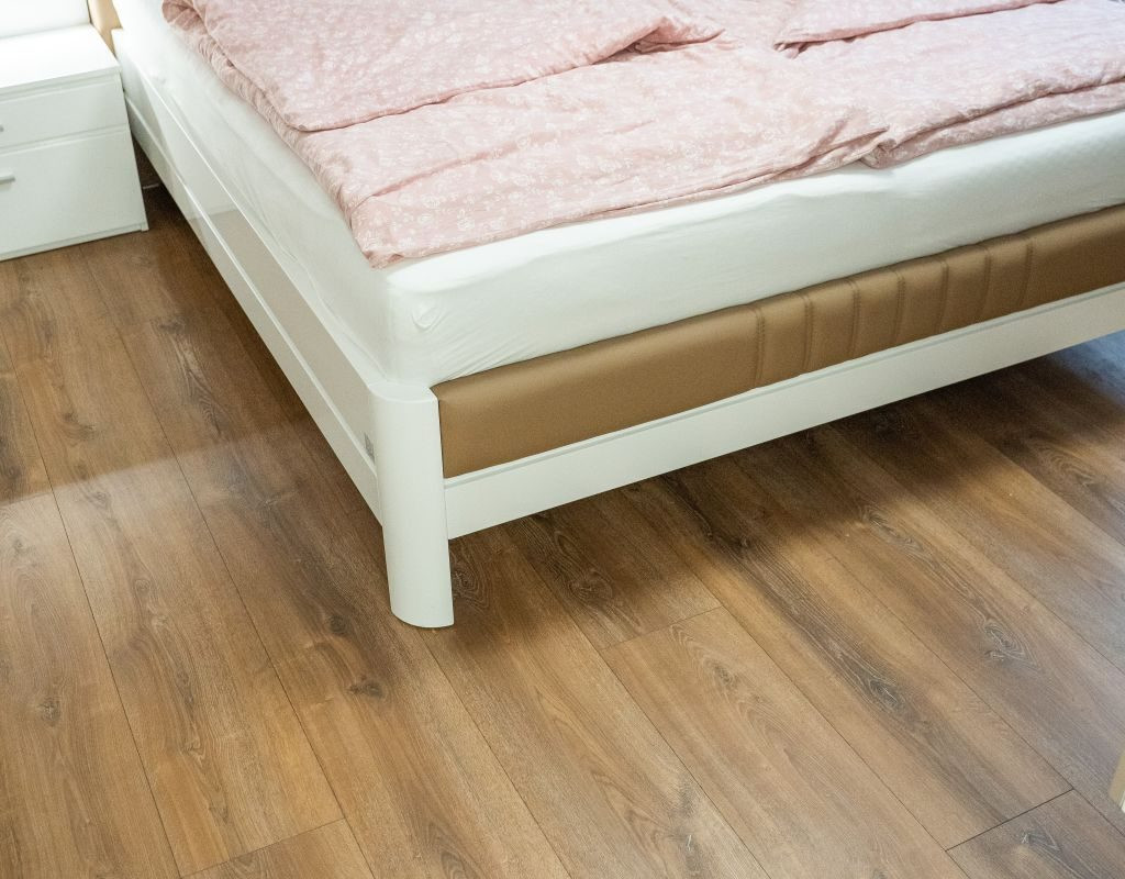 Laminátová podlaha PARADOR Dub Montana bielený - spálňa