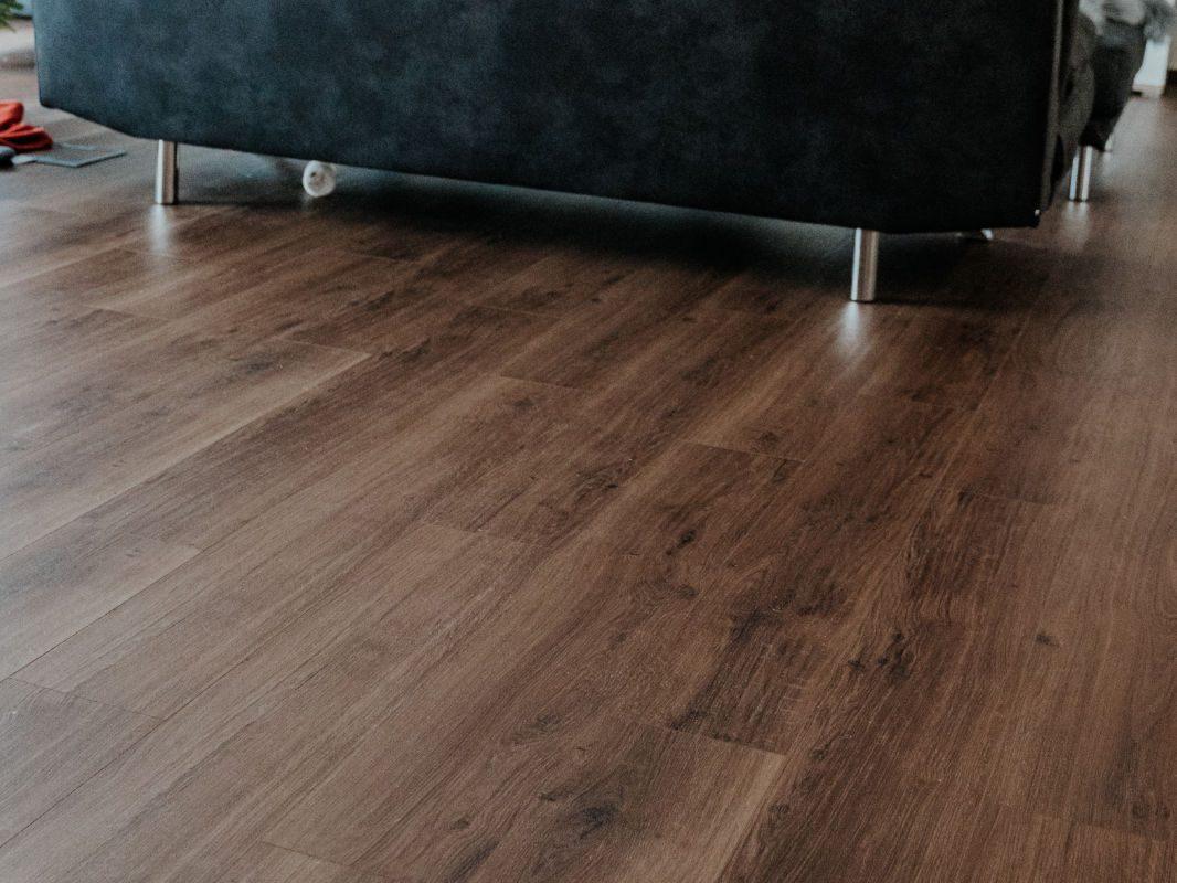 Realizácia kompozitnej podlahy Parador Modular ONE Dub Spirit dymový - obývačka
