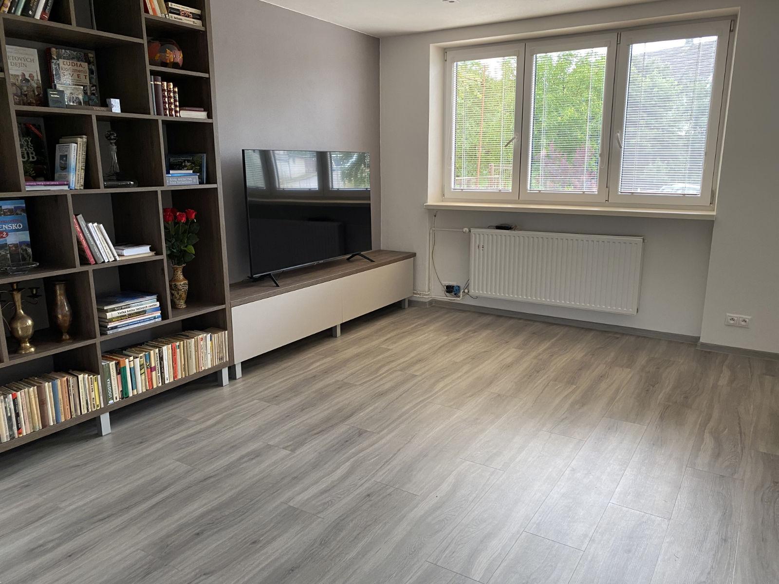 Kompozitná podlaha Parador Basic 5.3 Dub pastelovo šedý v interiéry
